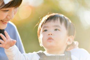 子供の歯茎が青黒い場合は萌出嚢胞を疑おう