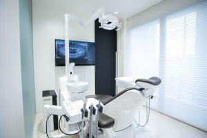 歯茎の白い変色は完治する?主な治療方法を3つ解説